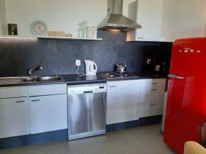 keuken Westerlicht (koelkast, gaskookplaat, afwasser, magnetron, koffiezetter, waterkoker)